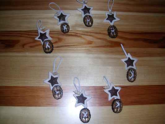 Pája vyrobila vánoční ozdoby z ořešáku (na vánoční stromeček).