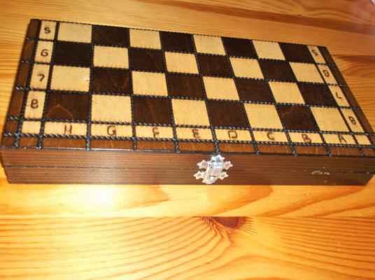 Dřevěné šachy z borovice. Pochází z Beskyd.