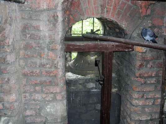 Holub a zvon ve věži.