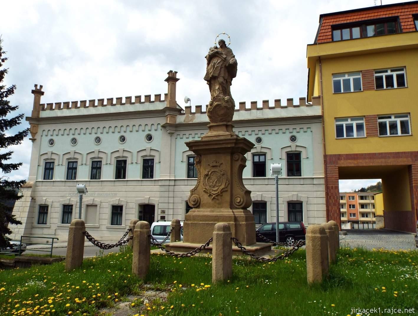 Vsetín - Horní náměstí 10 - socha sv. Jana Nepomuckého a Maštaliska