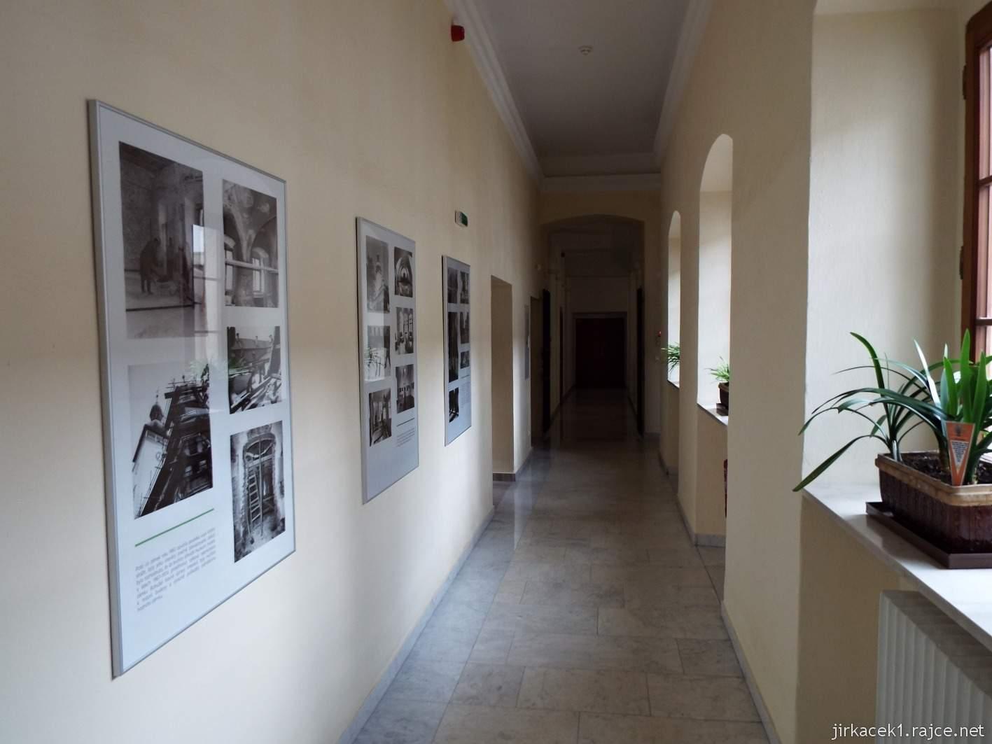 Vsetín - zámek 40 - muzeum - zámecká chodba a expozice vývoje zámku