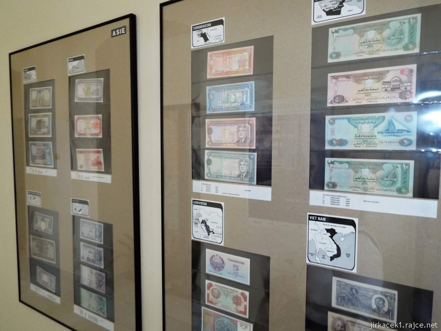 Vsetín - zámek 41 - muzeum - expozice Bankovky z celého světa