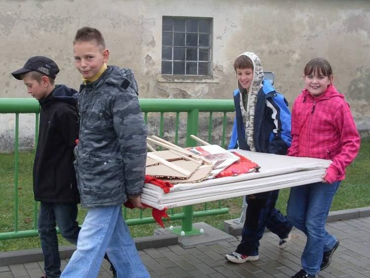 Děti hrají ve školce ipro Stonožku